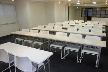 室内①(スクール型 議長席から)